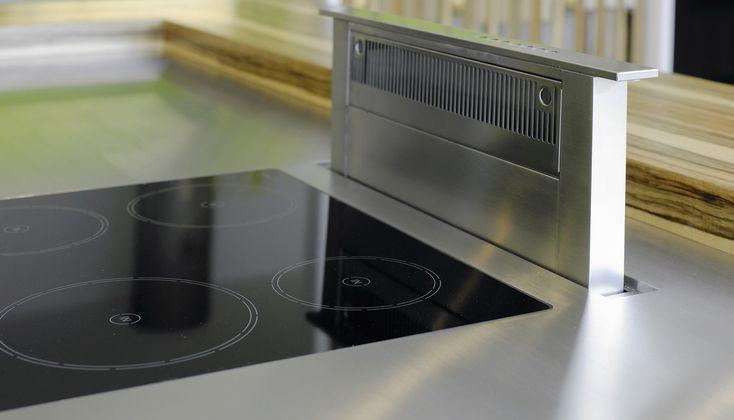 Induktions-Kochfeld mit Muldenlüfter in der Küche nach Maß