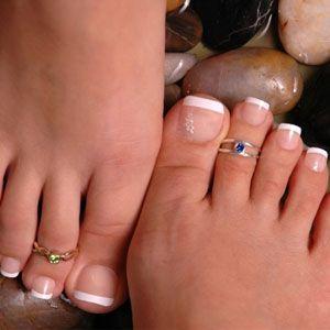 Кольца на пальцах ног - обычно серебряные, и носятся только в парах.  Пальцы на ногах украшаются кольцами, простыми или сложного дизайна. Некоторые кольца украшают бубенцами. Также иногда на ноги надевают украшения из медальона с цепочками