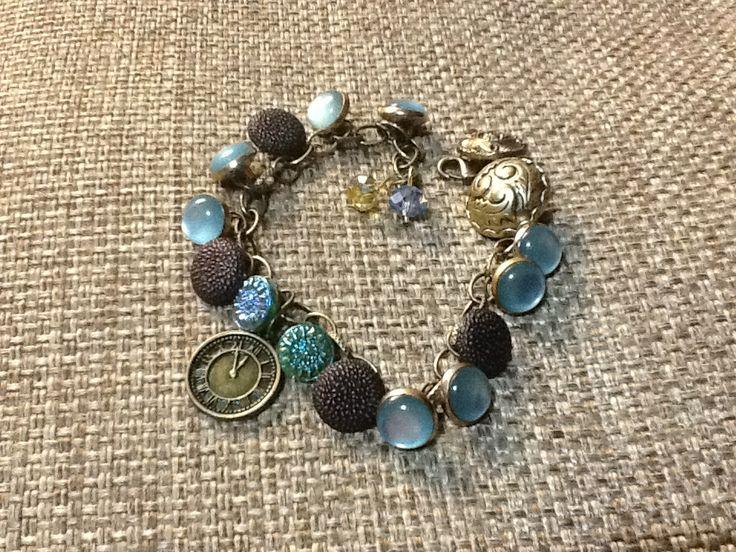 Bracciale fatto con i vecchi bottoni della mia mamma e regalato ad un'amica