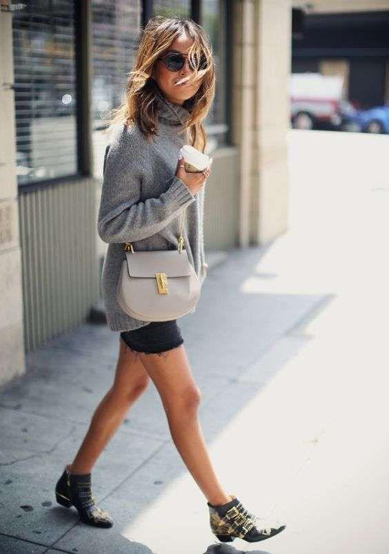 Abbinare le scarpe con le borchie - Stivaletti borchiati con shorts e maglione