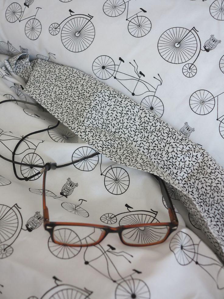 Cíchy - černobílá variace - bicykl Sportovní cíchy Cíchy jsou ušité z bavlněné látky v kombinacibicyklů a větviček . Zapínání na zip. polštář70 x 90cm kola + boční lem větvičky cícha 140 x 200 cm kombinace kol avětviček Materiál: bavlna Prací symboly uvnitř všité praní 40 stupňů