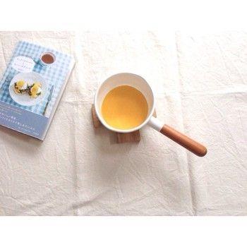 〈作り方〉 ・鍋に卵黄と水を入れ、60℃くらいの湯せんにかけて白くなるまでよく泡立てる。 ・バターを分離しないように少しずつ混ぜていく。 ・これにレモン汁やレモンの皮をすったものなどを入れてできあがり。  〈かんたんな作り方) ・マヨネーズ大さじ2   牛乳大さじ1  レモン汁大さじ1  黒胡椒少々 ・これをガーッと混ぜるだけ オランデーズ風ソースのできあがり!