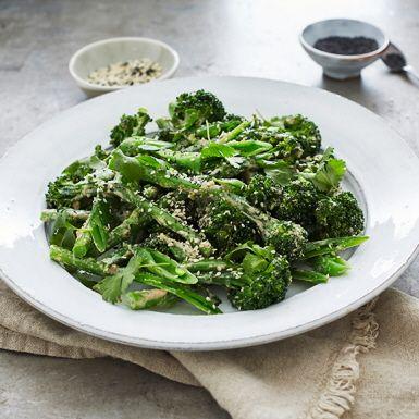 Bella verde, sparrisbroccoli, broccolini… Till denna knapriga gröna sallad med en dressing på sesamdoftande tahini, honung och soja ska det helst vara broccolisorten med små buketter och långa stjälkar. Men visst går det fint med vanlig broccoli också.