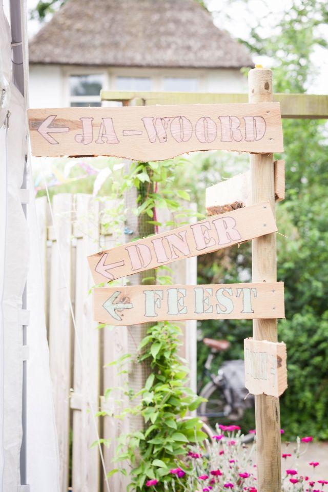 Trouwen in Wijdewormer in een kleurrijke tuin | ThePerfectWedding.nl