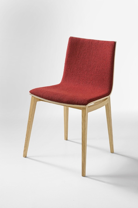 In Infiniti's Emma, a series created by the Favaretto studio, wood becomes the principal element of the chair, stool and table, acquiring a new and particularly attractive face. Emma in fact has a solid wood frame and the shell is a single wooden curve: an aesthetic solution that creates a continuous and sensual game of curves, for a seat that is particularly sleek and comfortable.