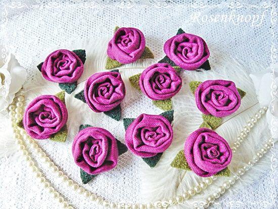 Als Tischdekoration gefertigt: Zehn kleine Rosen auf einem grasgrünen Walkblatt in Violett♥