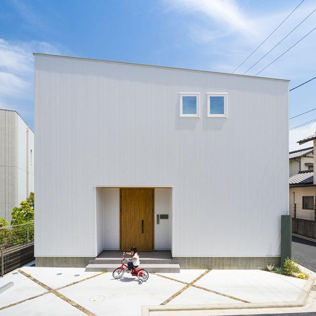 白いガルバリウムのシンプルなお家 見る角度によって イメージが