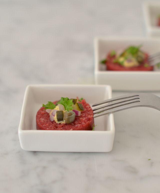 Osseworst, mosterd, kappertjes, augurk, uitje en peterselie #steaktartare #easy