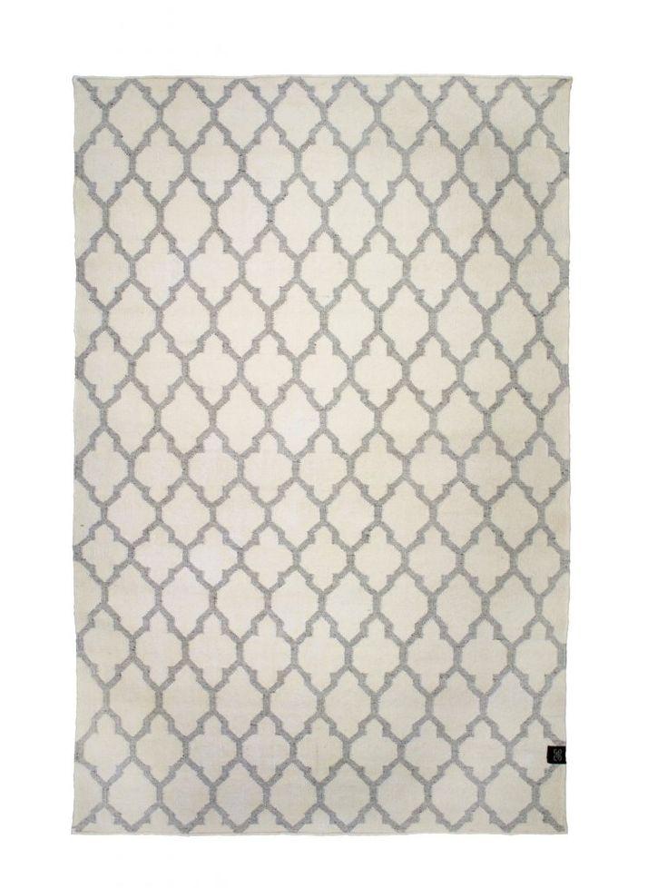 Vacker handvävd matta med geometriskt mönster som känns både klassiskt och trendigt. Finns i fyra storlekar. Mattorna är certifierade med Care & Fair och handgjorda av professionella indiska vävare, detta gör att alla mattor är helt unika och vissa små avvikelser i mönster, färg och storlek kan förekomma. Material: Ull/viskos Skötselråd: Använd mattunderlägg för att minska slitage. Mattunderlägget fungerar även som halkskydd. Undvik att dra möbler fram och tillbaka över mattan. An...
