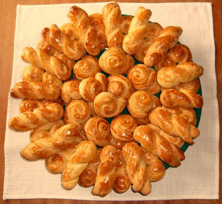 Koulourakia (biscuits de la Pâque grecque) Koulourakia (biscotti della Pasqua greca) Πασχαλινά κουλουράκια http://recetteshippocratiques.unblog.fr/2013/07/08/koulourakia-2/