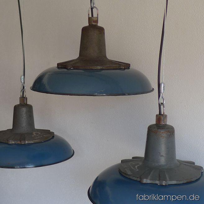 Sehr schöne blaue Industrieleuchten mit gusseisernen Oberteilen und blauen  Emailleschirmen. Aktuell haben wir über 30 Exemplare auf Lager. Die Lampen haben die Spuren der vergangenen Jarhzehnten, sie sind gereinigt und neu elektrifiziert, ausgestattet mit neuen E27 Fassungen. Sie bekommen die Lampen mit 2 Meter Kabel und massiven Aufhängeösen für die sichere Aufhängung (Aufhängung wird nicht mitgeliefert). Material: blau (innen weiß) emailliertes Blech, gusseisernes Oberteil. Gegen Aufpreis…