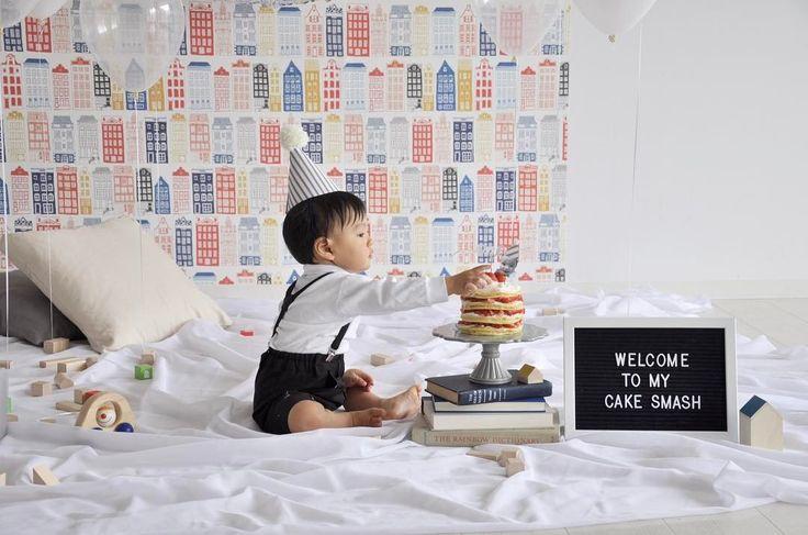 今日のpick up REAL PARTY WELCOME TO MY CAKE SMASH  1歳の誕生日の記念に手づかみでケーキを食べるケーキスマッシュを貼ってはがせる壁紙で簡単にかわいいパーティーの完成  プレゼント企画実施中 #archdaysコレデコレプレゼント  このパーティーのアルバムを見る Website: @archdays プロフィールから記事にとべます  #birthdayparty #partyforkids #paityideas #partystyling #birthdaycake #cakesmash #partyideasforkids #kidsroom  #1stbirthday #firstbirthday #shogosekine #ファーストバースデー #1歳 #1歳誕生日 #バースデーパーティー #ハーフバースデー #キッズパーティー #キッズバースデー #おうちスタジオ #誕生日パーティー #パーティープランナー #バースデープランナー #ファミリーフォト #壁紙 #壁紙シート #子供部屋 #賃貸インテリア #こどものいる暮らし…