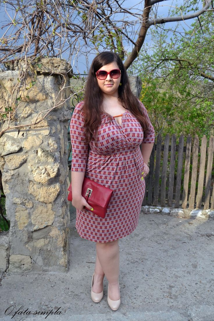 O fata simpla: Retro vibes Retro inspired outfit with red clutch from Lovelywholesale.