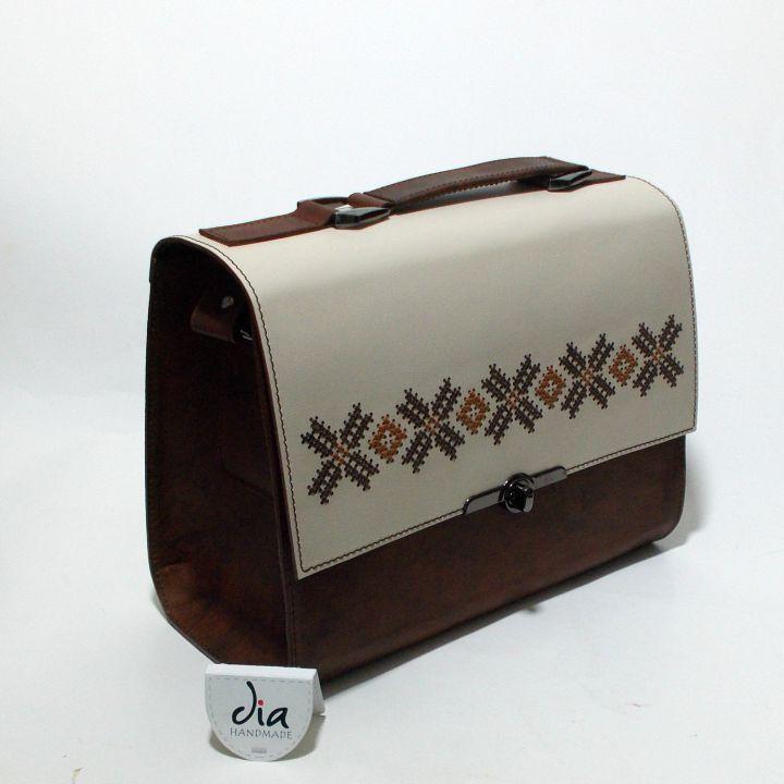 Geanta unicat, realizata din piele naturala, brodata manual cu motiv popular traditional