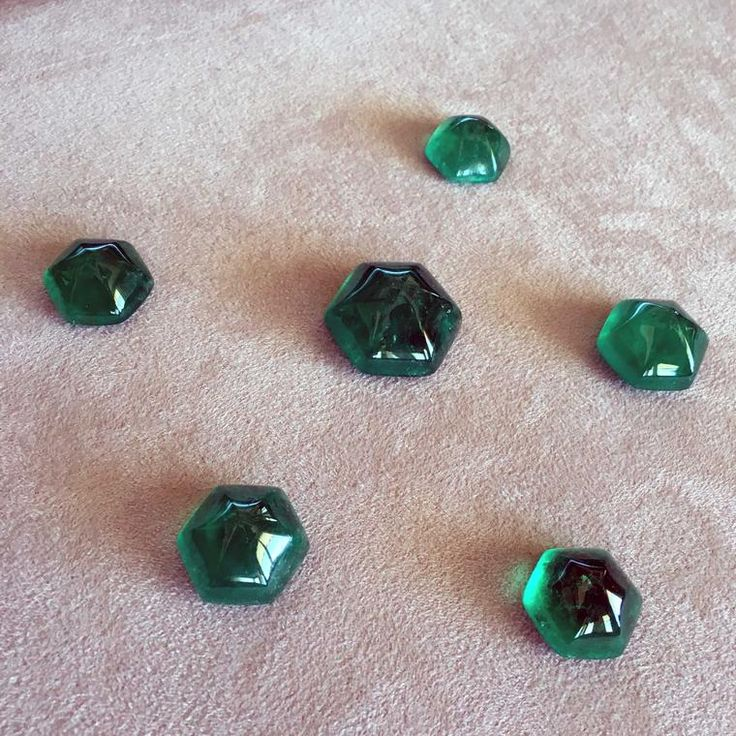 Muzo Emerald debuted a brand-new gemsyone cut at the Couture Show in Las Vegas: the hexagonal sugarloaf. Discover the best jewellery colour that dominated the year in 2016: green. Set as Pantone's colour of the year 2017, this fashion trend won't be going anywhere. http://www.thejewelleryeditor.com/jewellery/article/best-green-jewels-2016/ #jewelry