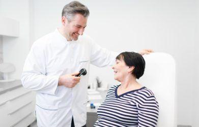 Dermatologia to dziedzina medycyny zajmująca się chorobami skóry, włosów i paznokci. Dotyka również problemów ogólnoustrojowych, których objawy są widoczne
