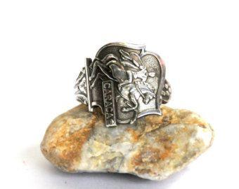 anillo de cuchara, Grecia anillo, anillo de cresta, glucksburg anillo, anillo de plata  Esta muy llamativo anillo de cuchara de plata cuenta con el escudo del Reino de Grecia.  Figuras romanas y la capa de brazos de Glucksburg aparecen en este anillo.  Este anillo de la cuchara de plata medidas.75 pulgadas a través en su parte más ancha. Es absolutamente suave, muy ligero y se encuentra perfectamente en el dedo.  Este anillo es único, ojo catching y muy agradable de llevar.  ¡ Disfrute! Más…