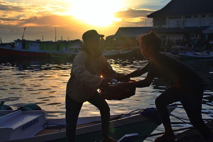 Nelayan di Pelabuhan Pelelangan Ikan Paotere Makassar, Sulawesi Selatan, Indonesia