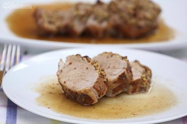 La merluza en salsa de vino blanco es un plato delicioso y fácil de preparar. Os mostramos cómo hacerlo en casa paso a paso. La merluza es uno de los pesca