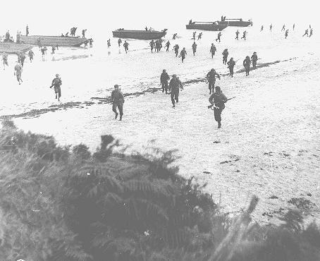 Soldados das tropas britânicas desembarcando nas praias da Normandia no Dia D, o dia do início da invasão da França pelos Aliados com o objetivo de estabelecer uma segunda frente de batalha contra as forças alemãs na Europa. Normandia, França, 6 de junho de 1944.
