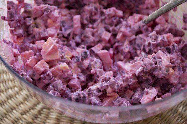 Cvikľový šalát 300 g varenej cvikle 2 vajcia uvarené natvrdo 80 g tvrdého syra 3 lyžice majonézy soľ,korenieša