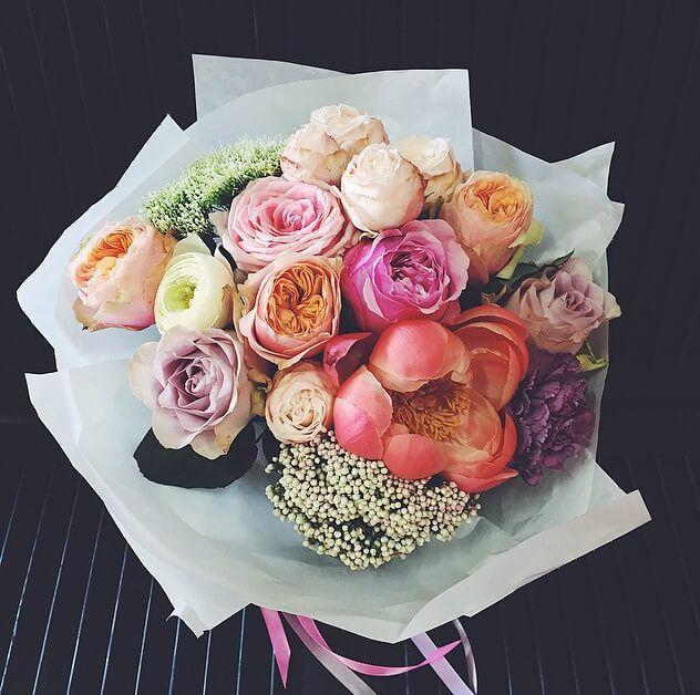 3 сорта пионовидных роз и акцент из кораллового пиона