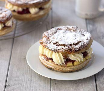 Deze zelfgebakken 'tarte maison' taartjes hebben een bodem van bladerdeeg met daarbovenop een soezenbeslag. Vul ze met banketbakkersroom, fruit en slagroom.