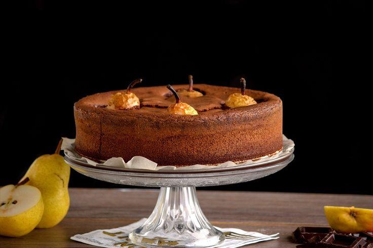 """Una squisita torta al cioccolato e pere. La consistenza della torta è leggermente bagnata, morbida, gusto ricco di cioccolato, mandorle e amaretto. Le pere cotte intere arromatizzate alla vaniglia, farcite con le mandorle/noci e miele. Tutto insieme crea un buonissimo dolce, assolutamente da provare. E' una vera torta """"comfort food"""", perfetta quando arrivano le fredde sere di autunno."""