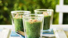 So ein kaltes Süppchen ist doch an heißen Tagen genau das Richtige: Rucola-Gurken-Suppe mit Garnelen | http://eatsmarter.de/rezepte/rucola-gurken-suppe-mit-garnelen
