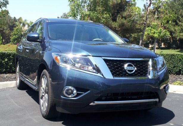 The first generation of the Pathfinder was a crossover that could go off-road just like the best SUVs out there but it had one major drawback, the on-road performance was quite poor. The 2015 Nissan Pathfinder promises to solve that by the addition of a brand new platform that is now based on a large saloon rather than an SUV.