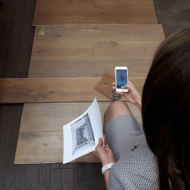 Выбираем идеальный дубовый пол к двери в отделке #американскийорех #рабочиемоменты #burddesign #burddesign_project #проектквартиры #массивнаяполоваядоска #дубовыйпол #натуральнаядоска #массив #finex #finexfloor