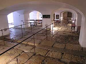 """Escursioni Bibliche: Gerusalemme Sotterranei convento Suore di Sion Copre la cisterna un pavimento realizzato con grandi lastre di pietra. Dopo la scoperta, fatta nel 1859, il pavimento fu considerato parte della erodiana Fortezza Antonia e collegata con il """"lithostrotos"""" del vangelo (Gv 19,13). """"Lithostrotos"""" significa """"lastricato con pietra""""."""