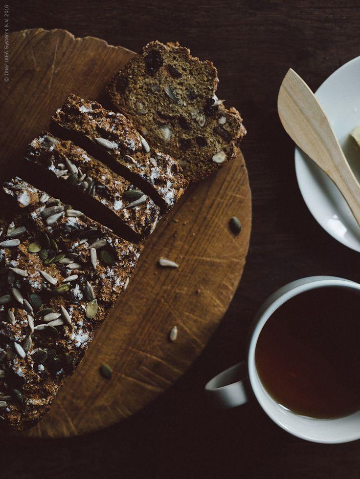 Nybakat bröd på morgonen kan vara bland det bästa som finns, speciellt nu i höstmörkret. Idag bjuder vi på ett recept på filmjölksbröd med nötter och torkad frukt. Servera med en varm kopp te och tänd lite ljus för en garanterat bra start på dagen.
