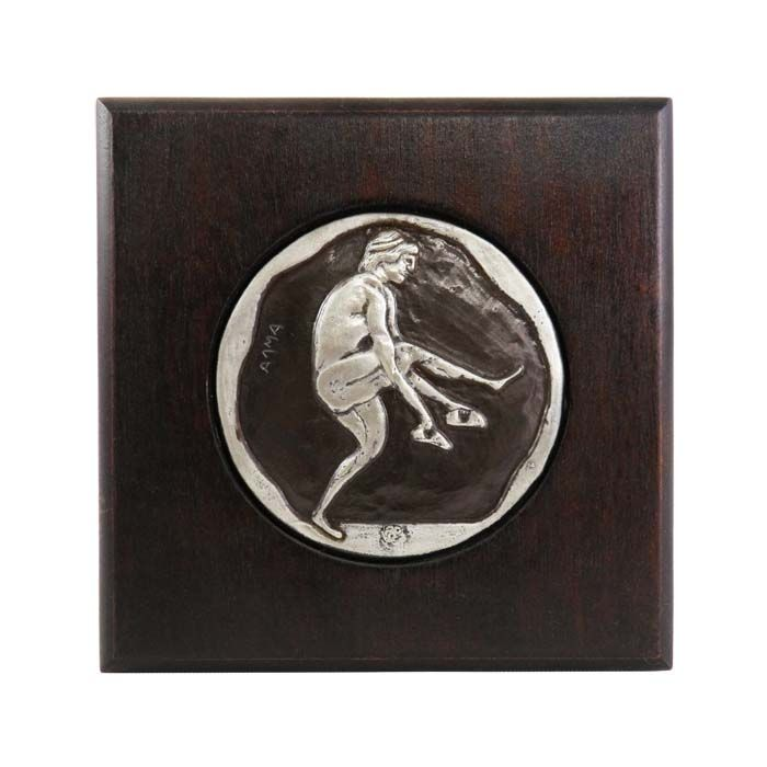 The long jump is the only known jumping event of the original Olympics' pentathlon events. It was introduced in the Olympic Games in 708 B.C.. The depiction of the sport is inspired by the representation of the sport on an ancient black-figure kylix. Ancient Olympia, Greece Dimensions: 14cm x 14cm x 2cm Copper patinated plaque, plated in silver solution 999°, mounted on wodden frame.
