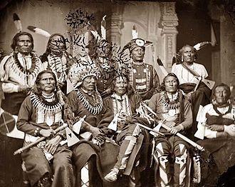 En 1834, le gouvernement fédéral décrète que tout territoire à l'ouest du Mississippi non compris dans les États de Louisiane et du Missouri ou le Territoire de l'Arkansas, est défini comme « Pays indien ». À peine est-il créé que les Blancs empiètent déjà sur ses frontières. La contrebande d'alcool et d'armes entre commerçants blancs et Indiens envenime les relations.