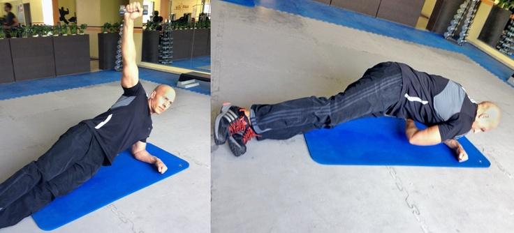 Hier eine der besten Übungen, um Bauch und Rumpf schnell und effektiv schön zu formen: der seitliche Bauchstütz mit Innenrotation.     Und so geht es: Seitlich auf den Boden liegen, auf einen Ellbogen gestützt, die Hüfte in der Höhe. Mit einer Hantel oder einem anderen Gewicht in der Hand den freien Arm nach oben strecken, dann langsam unter der Hüfte durchführen und wieder zurück.     Vorgaben pro Seite: 10-15 Wiederholungen, 3 Sätze, dazwischen 30 Sekunden Pause. www.takeitpersonal.de