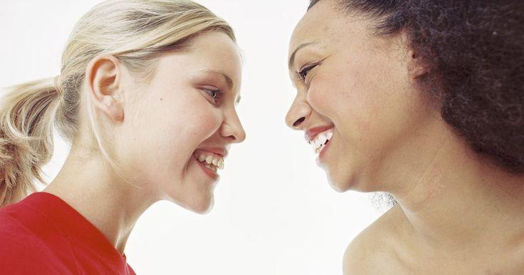 Como conviver com uma pessoa altamente sensível. Conviver com uma pessoa altamente sensível pode ser um desafio se você não estiver acostumado a estar em sintonia com os sentimentos das pessoas. Alguém assim pode ficar magoado ou ofendido facilmente, mesmo em situações em que você não tinha a intenção de feri-lo ou chateá-lo. Aprender a ser atencioso com sua natureza sensível vai ajudá-lo a ...