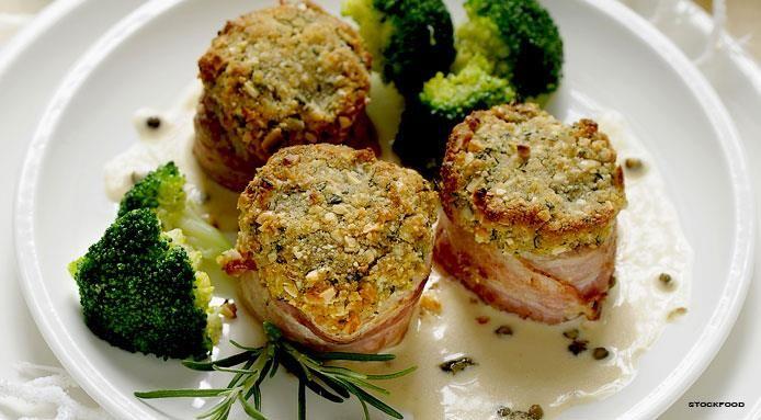 Medaglioni di maiale con pancetta, crosta di nocciole e broccoletti