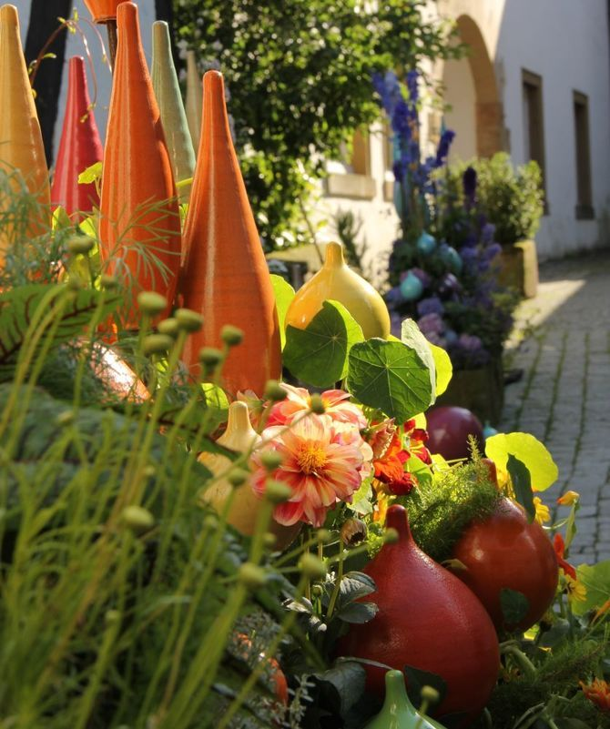 Speere Im Sommer Topferei Tecklenburg In 2020 Gartenkugeln Sommer Garten Terrasse