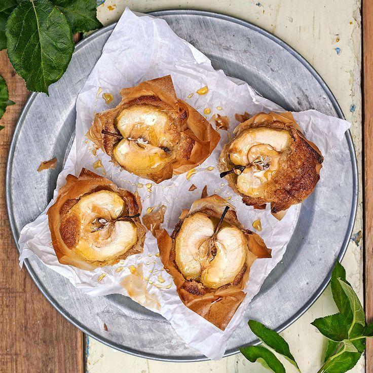 Äpplen med mandelmassa i filodeg är en supergod dessert! Servera dem ljumna med lättvispad grädde eller vaniljglass!