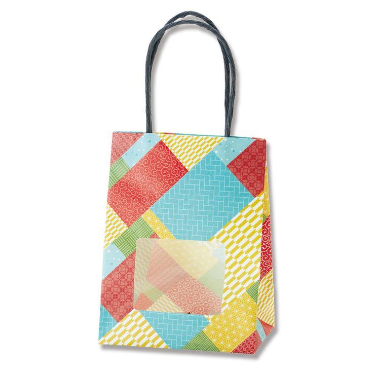 持ち手ありの可愛い紙袋のギフトバッグです。 プチギフトに最適な小さな紙袋です。 四角の窓から中身が見えます。窓は全面貼りではなく部分貼りです。