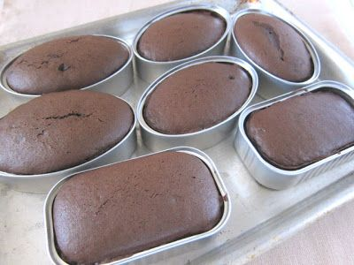Reuse food cans as baking pans for unique, personal-sized cakes. #recycle #crafts #baking