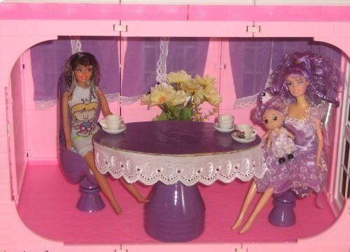 Одним из основных условий создания дома является совместное построение его с ребенком. Обстановку в домике необходимо создавать с учетом «потребностей кукол». Т.е. должна присутствовать разнообразная кухонная утварь, кровать с милым постельным бельем, разнообразная мебель и многое другое. Дом должен быть оборудован так же, как и настоящий взрослый дом.