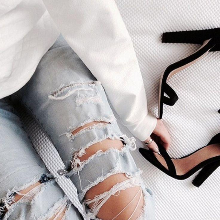 Destroyed Jeans sind aktuell DER Jeans-Trend schlechthin. Das Problem: Die kaputten Jeans sind ganz schön teuer. Deswegen zeigen wir euch...