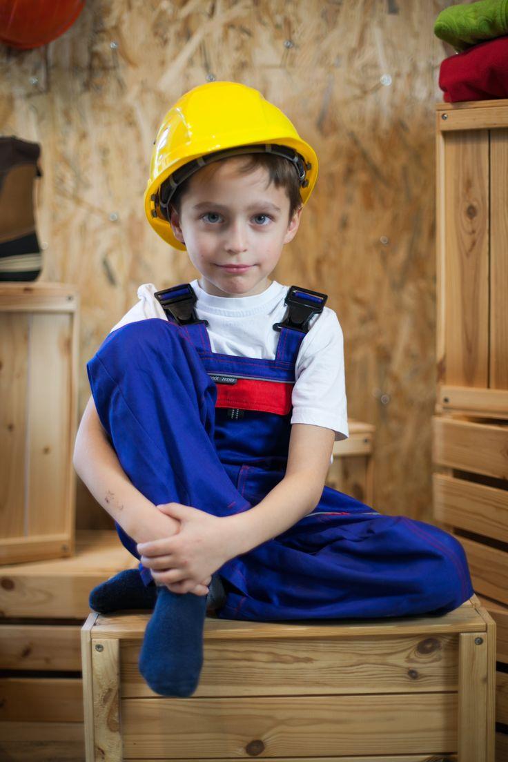 chcete, aby vaše dieťa bolo tiež takýmto kutilom? doprajte mu montérky a žltú helmu, možno mu to naštartuje kariériu :)