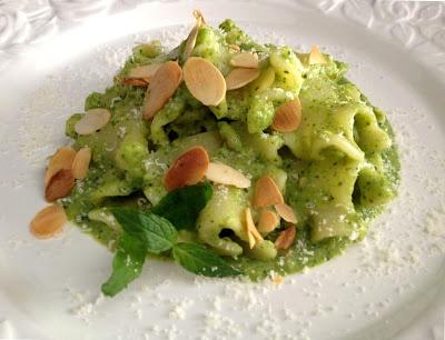 Frullo (pesto) con zucchine, menta e mandorle http://www.commeamarostuppane.com/2013/04/frullo-pesto-con-zucchine-menta-e.html