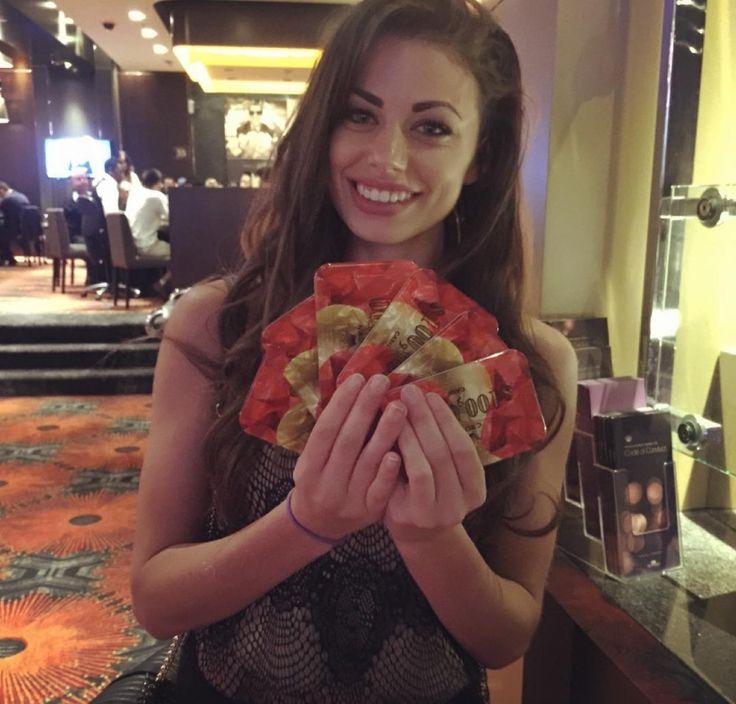 Саманта Абернати (Samantha Abernathy) свой профессиональный покерный путь начала не так давно, всего два года назад, но за столь короткий промежуток времени сумма призовых у 25-ти летней девушки перешагнула отметку в полмиллиона долларов. Сегодня мы хотим рассказать об этой удивительной крошке.