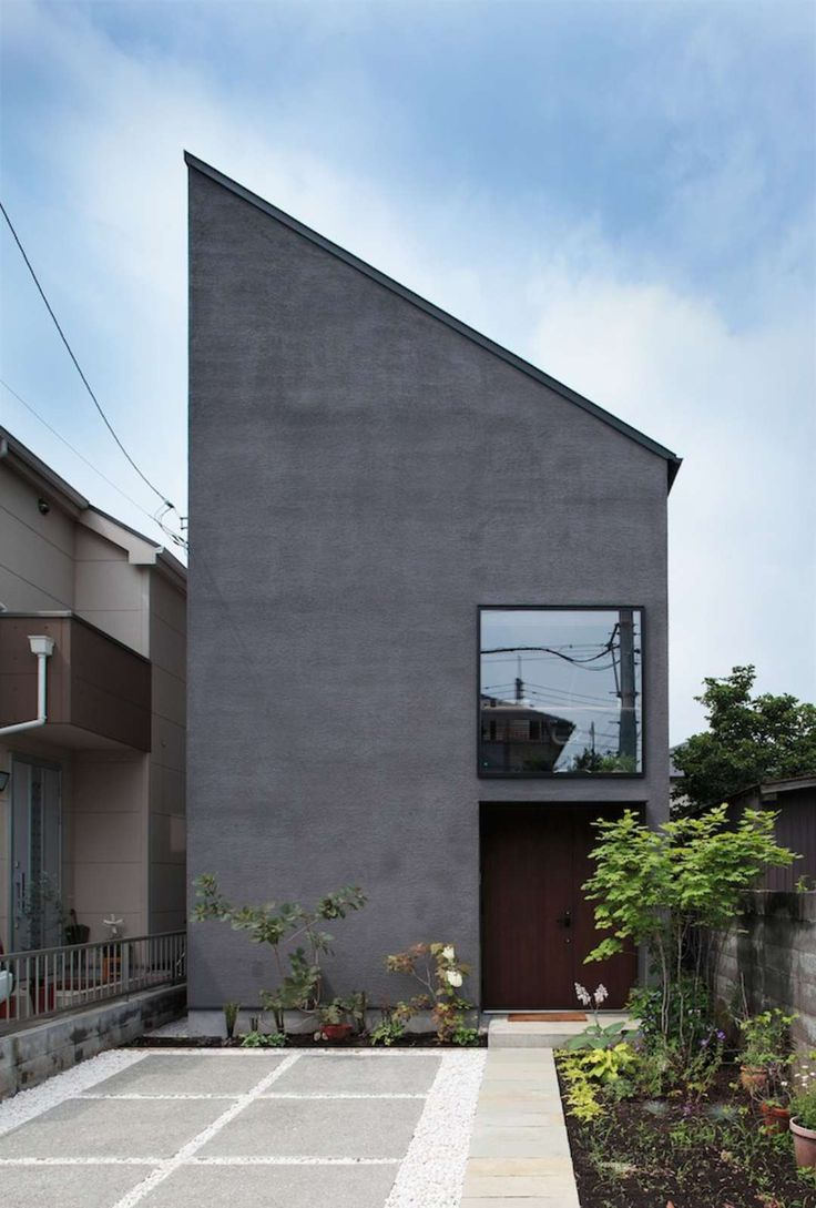 Due to Tokyo's high land prices, plot sizes become reduced as a matter of necessity. What's more, buildings often become even smaller in order to satisfy str...