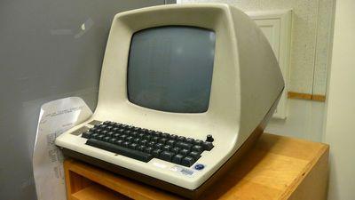 テキストエディタ「vi」の開発に使われた端末「ADM3A」には現代のキーボードにはない「HERE IS」というキーがあった - GIGAZINE