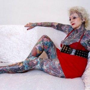 bejaarde tatoeages: Tatoeages is niet alleen iets voor jongeren, ook bejaarden hebben ze. Sommige zelfs heel veel. Isobel Varley, geboren in 1937, staat er zelfs mee in het Guinness record ...